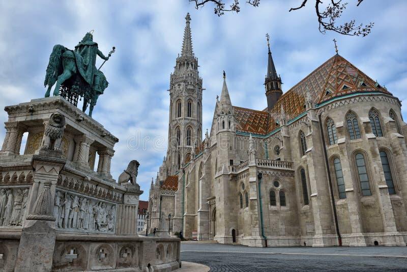 马赛厄斯教会和圣斯德望国王雕象 库存照片