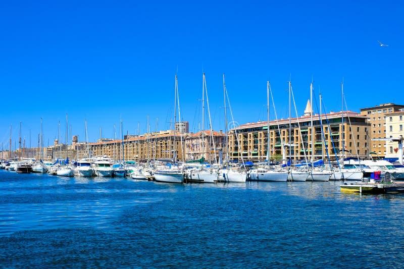 马赛旧港口的正确的堤防的全景  弗约波尔de马赛,法国 图库摄影