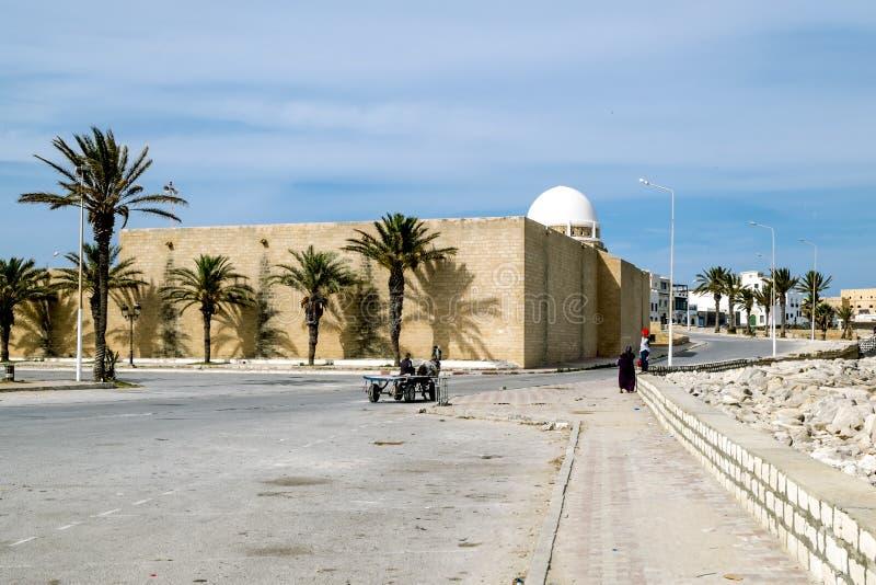 马赫迪耶街道和清真寺在突尼斯 图库摄影