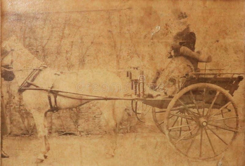 马车和手推车19世纪末期的维多利亚女王时代的妇女 免版税库存照片