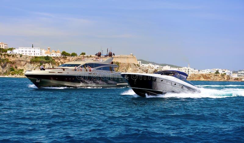 马达游艇在地中海 ibiza 达成协议色greyed的区拜雷阿尔斯夹子包括海岛映射路径替补被遮蔽的状态周围的领土对植被 免版税库存照片