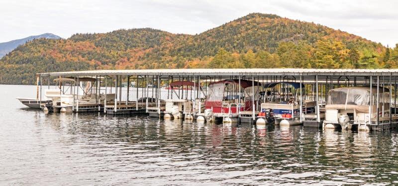 马达船和有盖船坞Lake Placid 图库摄影