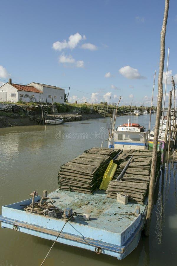 马雷内法国12-13-2018 牡蛎farminTraditional港口的传统港口牡蛎种田的马雷内奥莱龙岛在法国 免版税库存图片