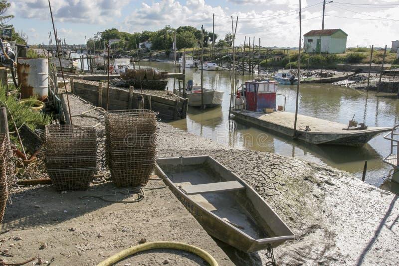 马雷内法国12-13-2018 牡蛎farminTraditional港口的传统港口牡蛎种田的马雷内奥莱龙岛在法国 免版税库存照片