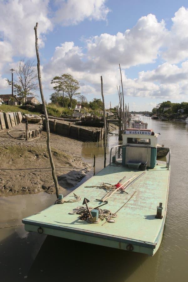 马雷内法国12-13-2018 牡蛎farminTraditional港口的传统港口牡蛎种田的马雷内奥莱龙岛在法国 库存图片