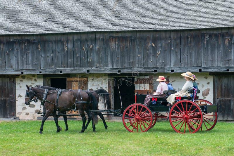 马,儿童车,农夫,人乘坐 免版税库存图片