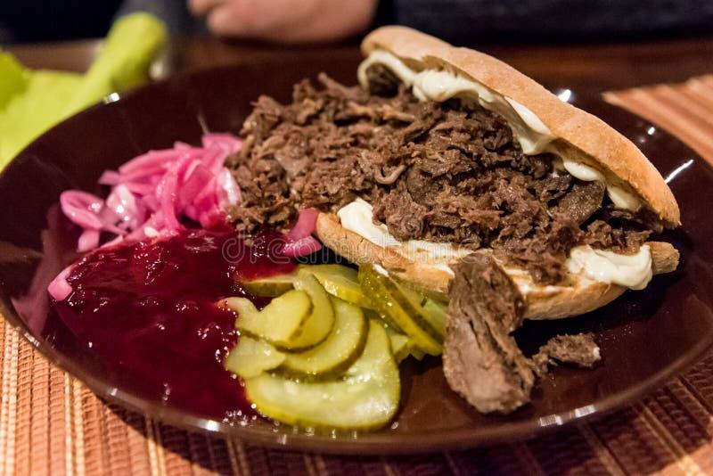 驯鹿肉在一家餐馆在锡尔卡,芬兰服务 免版税库存照片