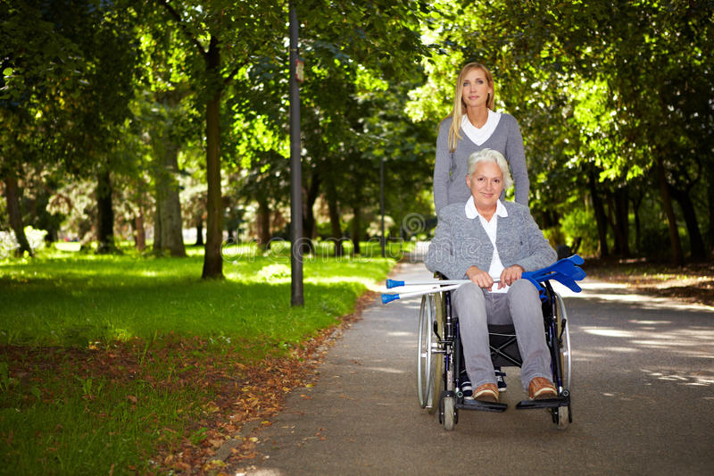 驱动公园轮椅妇女 图库摄影