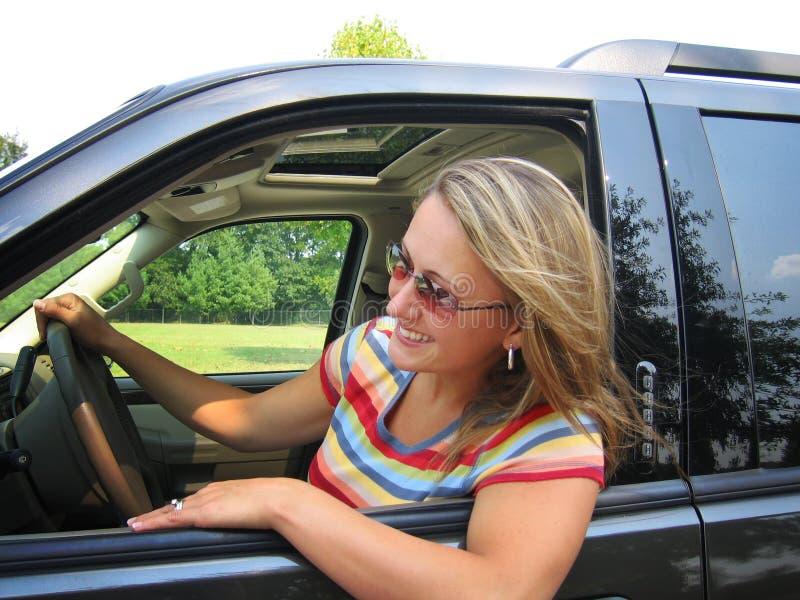 驱动器俏丽的妇女 免版税库存照片