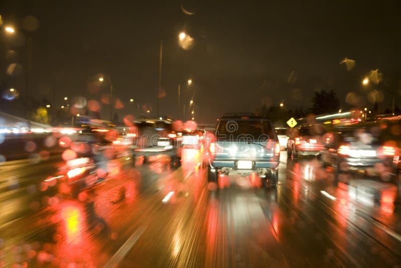 驱动在高速公路的雨中在晚上 免版税库存照片