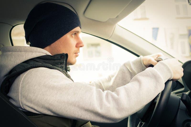 驱动安全性 驾驶汽车的一个年轻人 库存照片