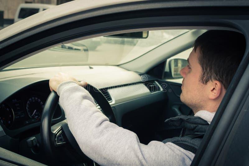 驱动安全性 驾驶汽车的一个年轻人 图库摄影