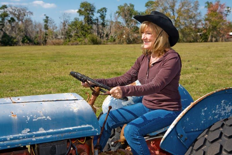 驱动成熟拖拉机的秀丽 图库摄影