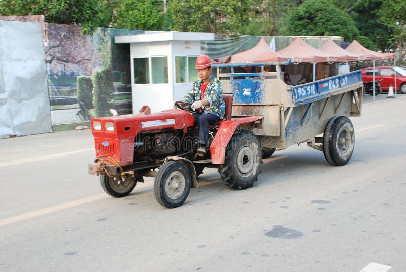 驱动拖拉机工作者 库存照片