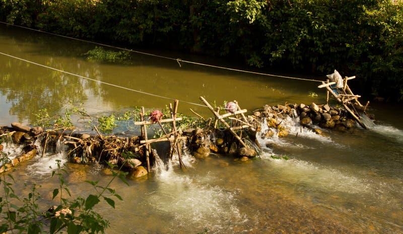 驱动电电力生产与氢结合的被即兴创作的老挝微马达nam ou推进器急流河的所有竹小船运行脚手架轴流被支持对支流使用 老挝 免版税库存照片