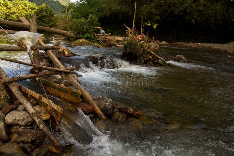 驱动电电力生产与氢结合的被即兴创作的老挝微马达nam ou推进器急流河的所有竹小船运行脚手架轴流被支持对支流使用 老挝 免版税库存图片