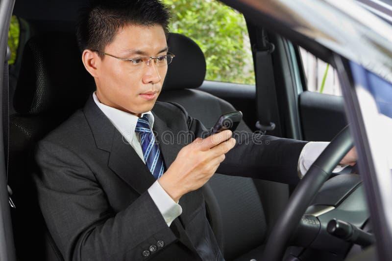 驱动电话的电池texting 免版税库存图片