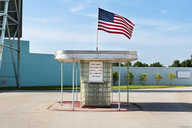 驱动票房沿路线66在迦太基,密苏里 免版税库存照片