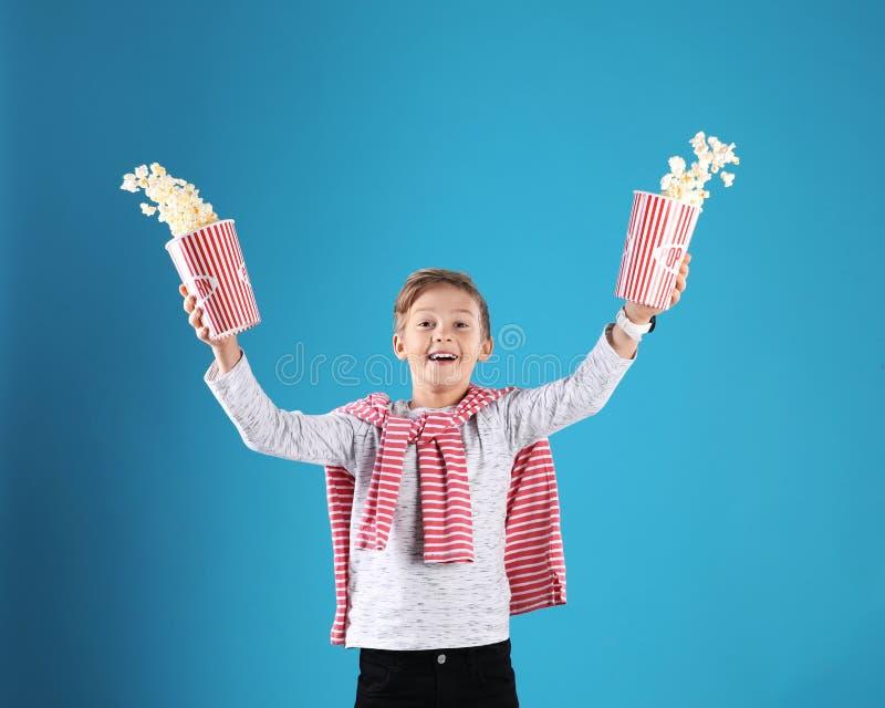 驱散从桶的逗人喜爱的男孩玉米花 库存照片