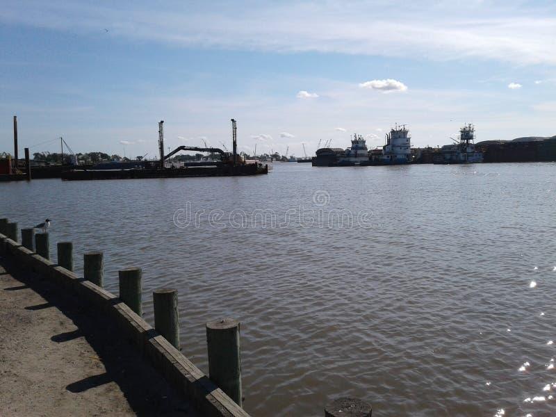 驳船和一些拖曳小船 库存照片