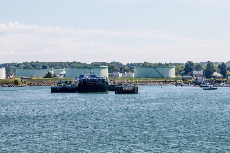 驳船和坦克在波特兰附近 免版税库存照片
