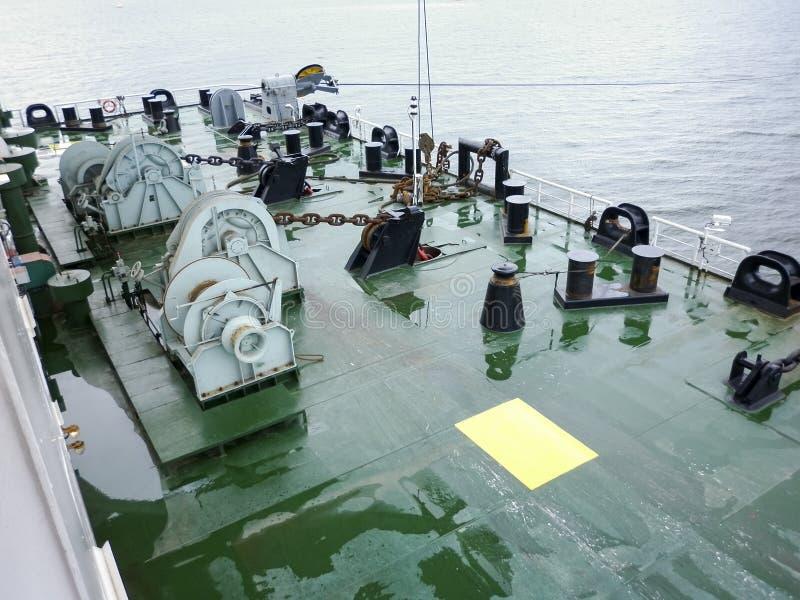 驳船甲板的停泊零件 有链子的巴宾从船锚 停泊设备 在甲板的Bitteng 免版税库存图片