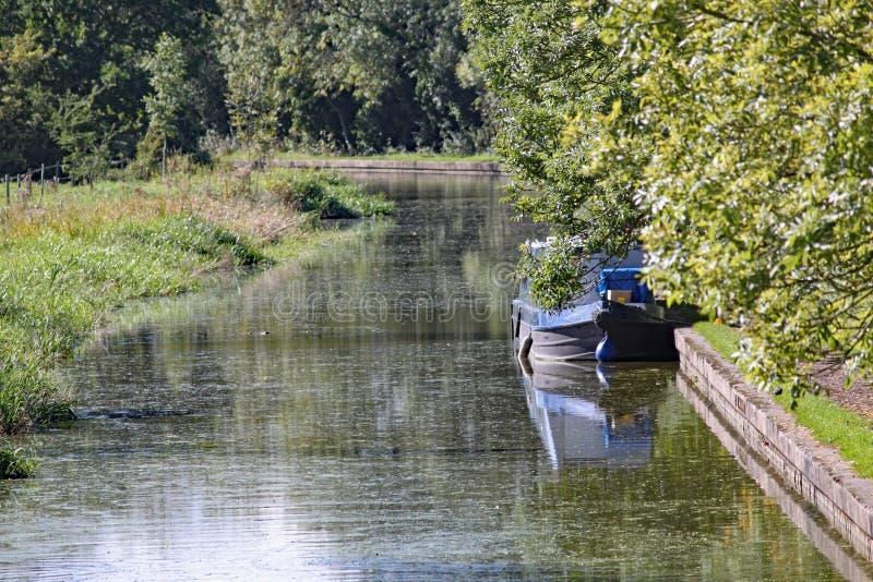 驳船被停泊对盛大联合运河的银行在Lapworth在沃里克郡,英国 库存图片