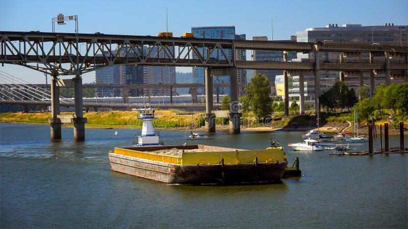 驳船被推挤在威拉米特河下乘拖轮在波特兰, Orego 免版税库存照片