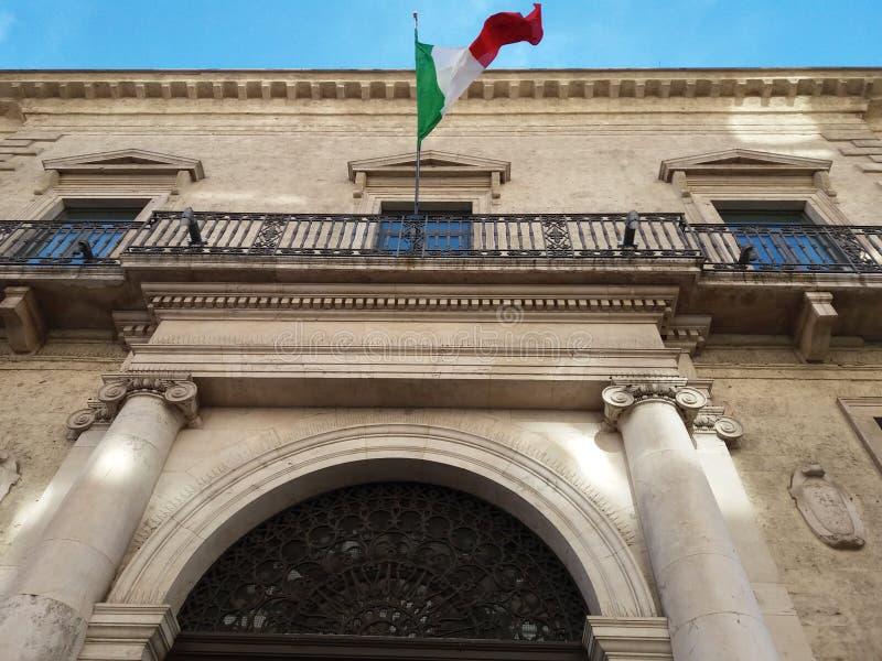 驳船 南意大利 11-12-2017 :Bancapuglia的历史建筑 免版税库存照片