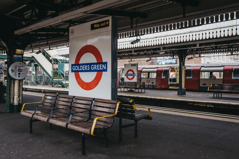 驻地在戈尔德费尔德地铁车站,伦敦,英国室外平台的名字标志  库存图片