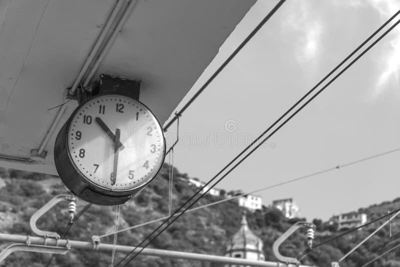 驻地时钟在山城市,索伦托意大利,时刻乘坐,黑白运输的时间表  免版税库存照片