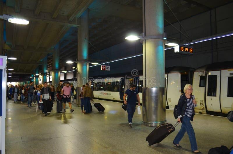 驻防有到达的乘客的伦敦斯坦斯特德,并且斯坦斯特德用背景表达 免版税库存图片