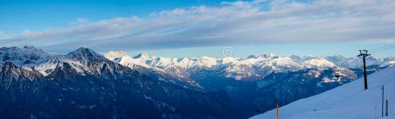 驾空滑车全景视图和滑雪倾斜与山风景 免版税库存照片