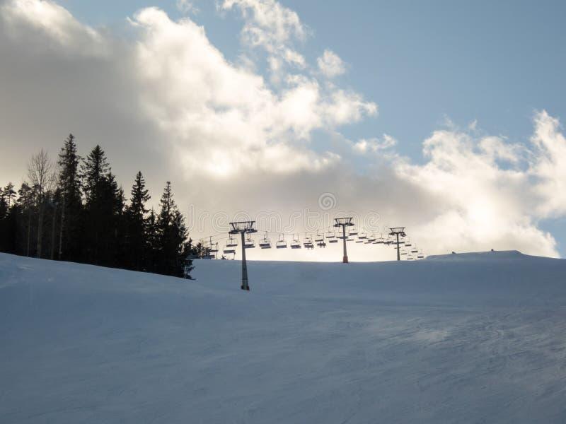 驾空滑车和滑雪倾斜 库存图片