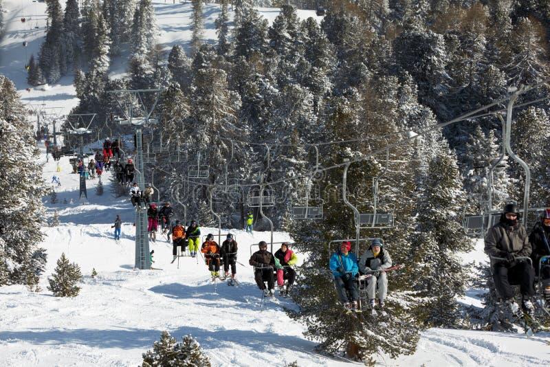 驾空滑车的下坡滑雪者在山 免版税库存照片