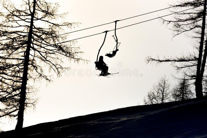 驾空滑车的滑雪者 免版税库存图片