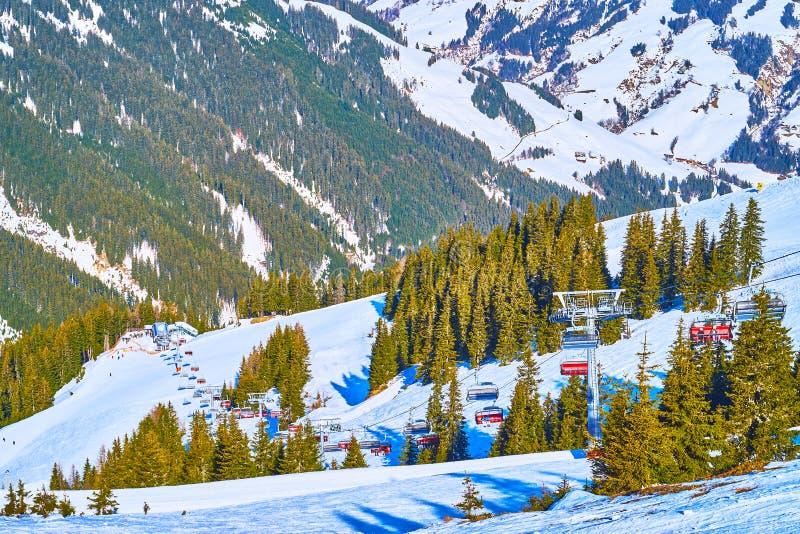 驾空滑车,施米滕登上,滨湖采尔,奥地利长的路线  免版税库存照片