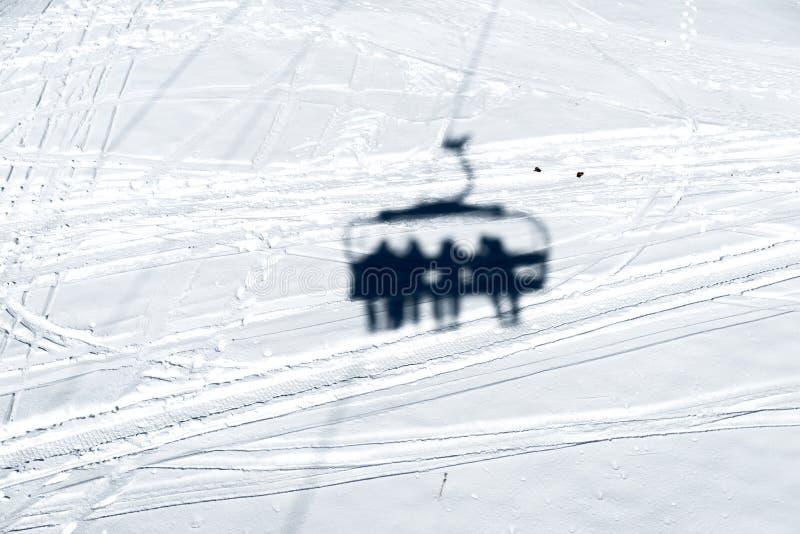 驾空滑车的阴影在雪的 免版税库存照片
