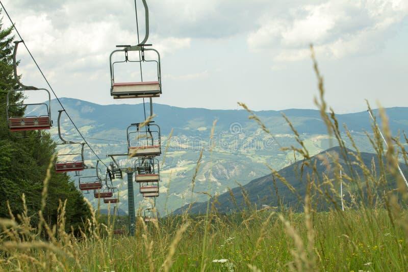 驾空滑车滑雪电缆车在欧洲阿尔卑斯 免版税库存图片