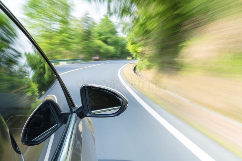 驾车与快动作迷离 免版税库存照片