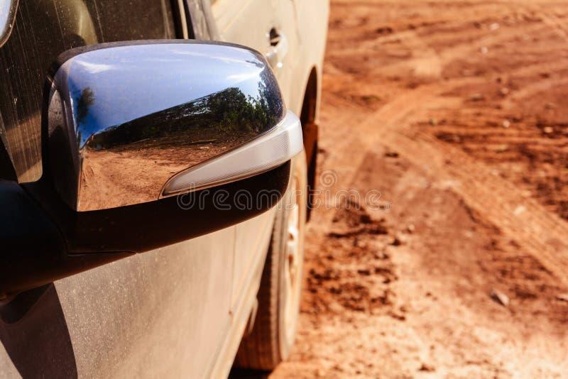 驾车在土路用尘土桔子 图库摄影