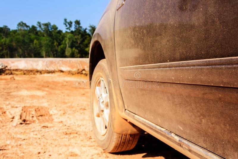 驾车在土路用尘土桔子 免版税库存照片