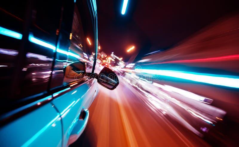 驾车在城市在晚上,迷离行动 免版税库存照片
