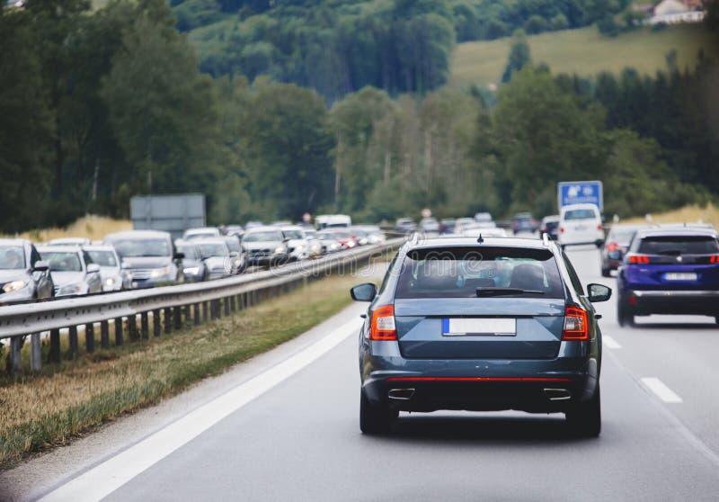 驾车在堵车的高速公路 免版税图库摄影
