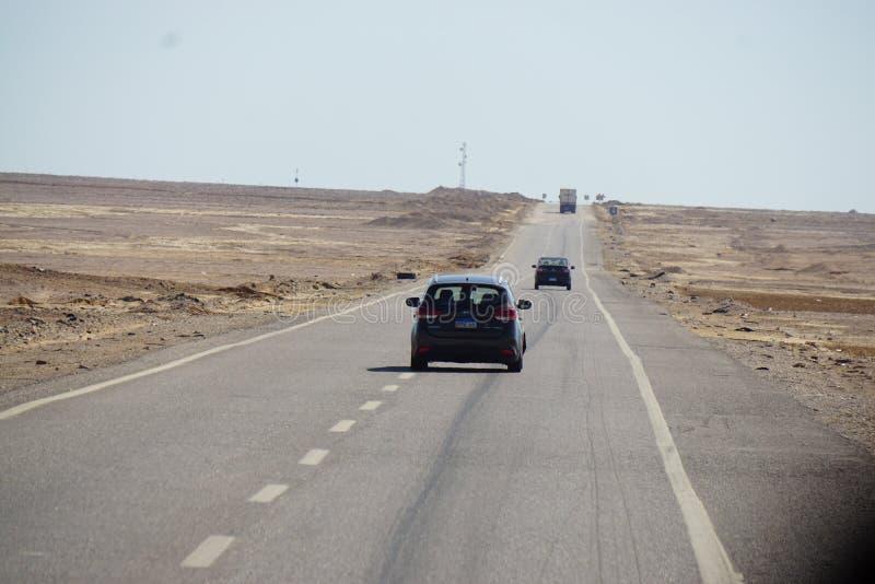 驾车在沙漠路 免版税库存照片