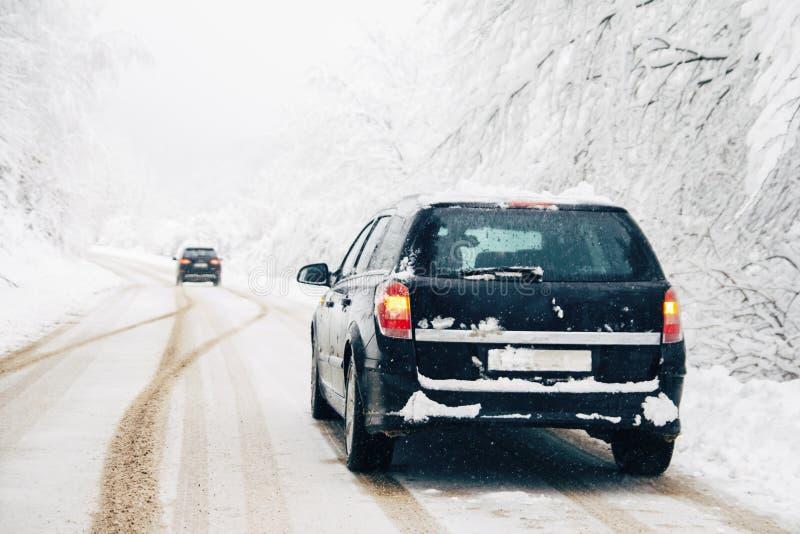 驾车在雪飞雪 库存照片