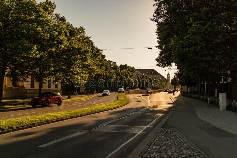 驾车沿一条沿途有树的高速公路 免版税库存照片