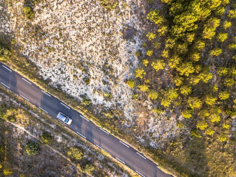 驾车路通过贫瘠风景 库存图片
