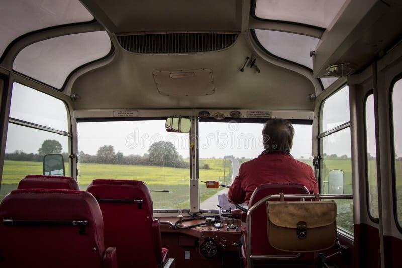 驾驶一辆老公共汽车 库存照片