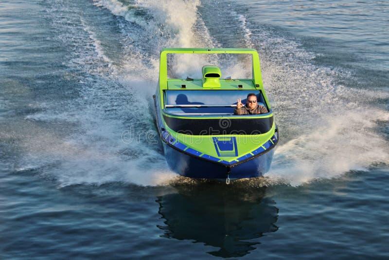 驾驶一jetboat的人在海洋 库存图片